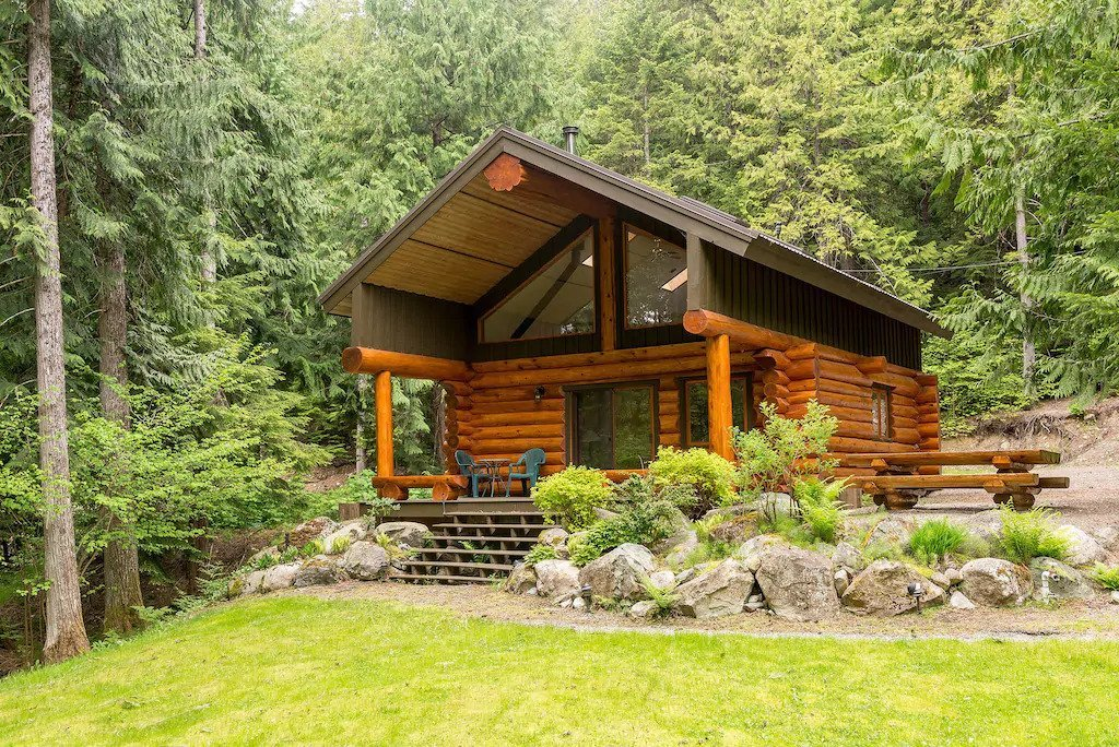 Lakefront log cabin in Pemberton