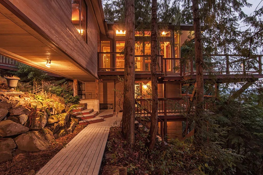 Exterior of a treehouse cabin on Salt Spring Island near Vancouver